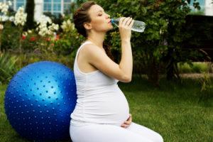 Сколько и какую воду нужно пить во время беременности