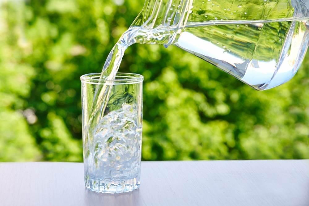 Можно ли пить воду, постоявшей несколько часов в открытой емкости?