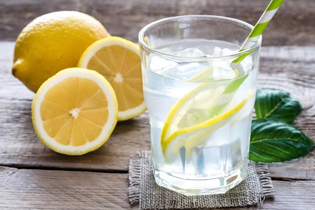 Польза воды с лимоном натощак для человека