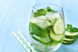 Как очистить кожу и тело водой из огурца, мяты и лимона?