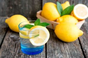Как похудеть, употребляя воду с лимоном?