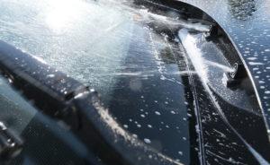 Почему не нужно заливать воду из-под крана в бак стеклоомывателя машины
